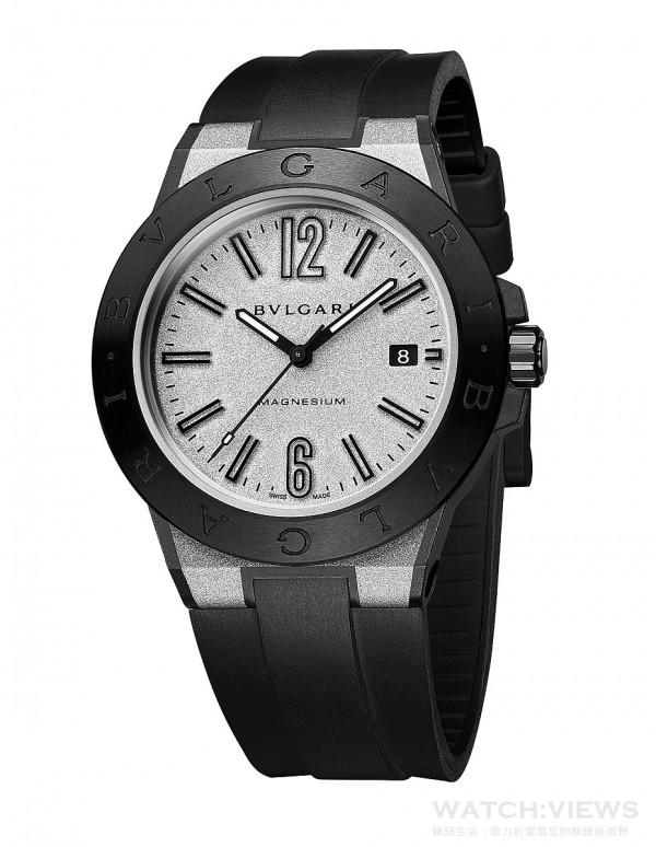 寶格麗Diagono Magnesium自動腕錶(銀色款),建議售價NTD141,600。