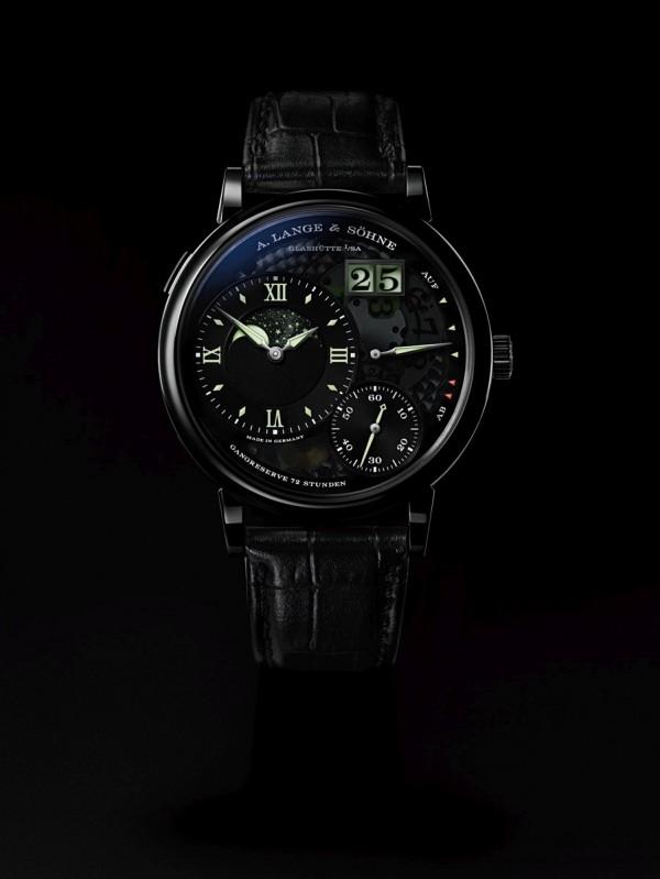 """就是這個光,朗格獨到的夜光技術結合大日期和獨到的月相顯示,令人著迷。朗格的""""LUMEN""""夜光顯示版本向來是市場的搶手貨,限量是殘酷的,有興趣的錶迷手腳務必要快。"""