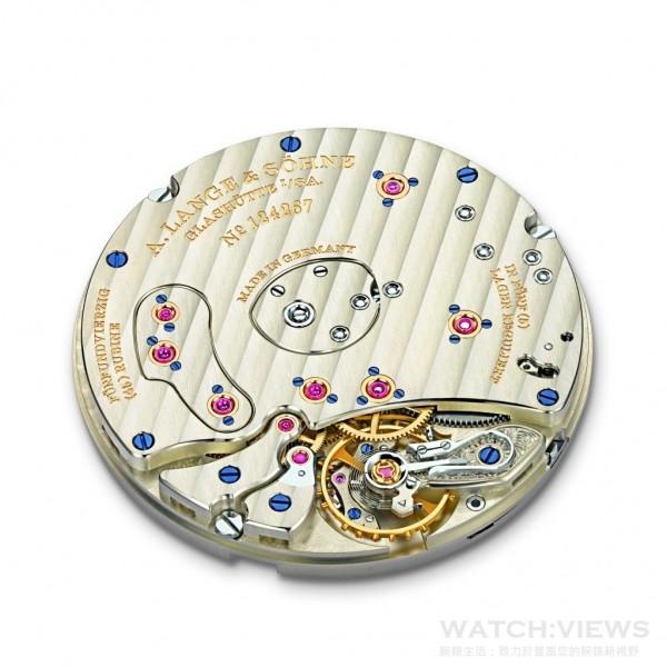 L095.4型手上鏈機芯的3/4夾板以未經處理的德國銀製造,飾有格拉蘇蒂羅紋,與七個螺絲固定黃金套筒相互襯托。經典的螺絲擺輪附設自由擺動的自製擺輪游絲,精確可靠。