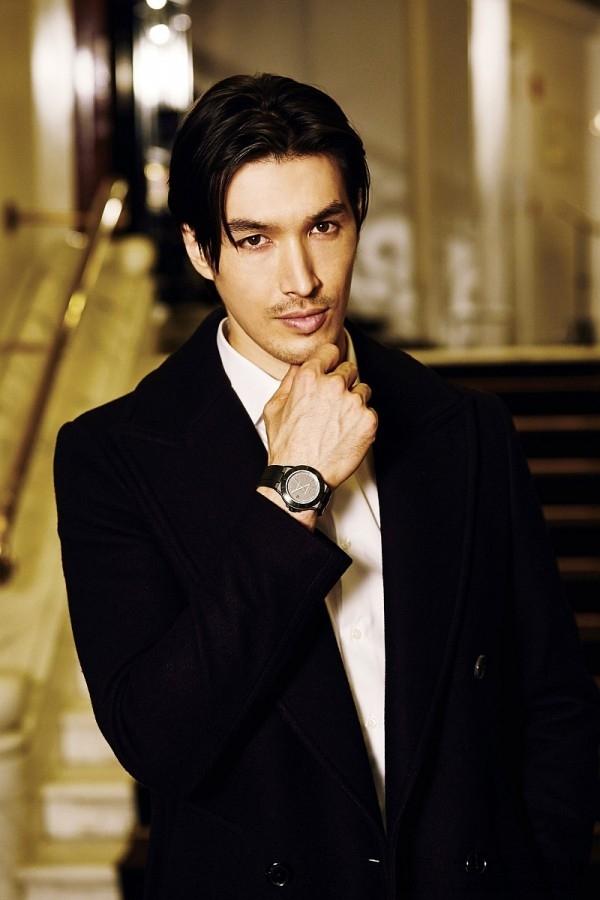 錦榮配戴BVLGARI Diagono Magnesium自動腕錶,詮釋出眾的紳士風格。