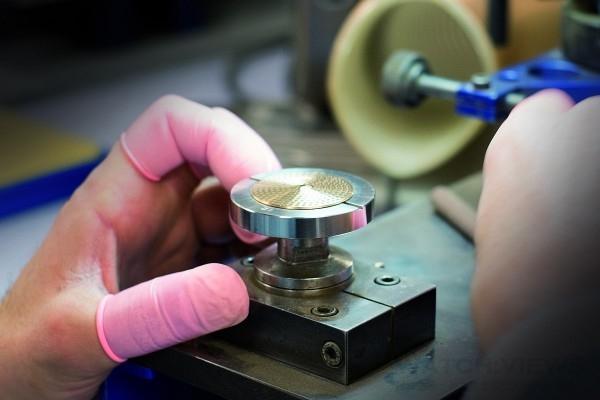 Paiste為崑崙創制的Bubble Paiste腕錶錶盤就是一個微形迷你銅鈸,每個錶盤跟Paiste出品銅鈸一樣都是手工製作。