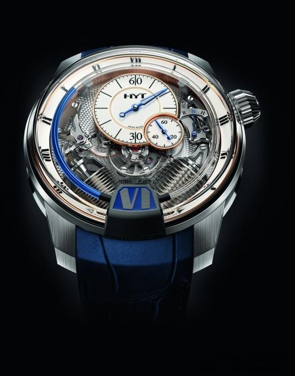 技術規格 H2 Tradition 錶殼:白金和鈦金屬,表面經拋光、微噴砂和鍛面潤飾處理 -錶徑:48.8毫米  -厚度:17.9毫米 -鈦金屬旋鎖式測力錶冠 -鈦金屬錶殼中部,表面經亮灰色PVD處理 -6時位置設立體時標、羅馬數字,鈦金屬內填藍漆 -拱形藍寶石水晶玻璃錶鏡(呈盒狀)具防眩塗層 -旋入式藍寶石水晶底蓋 -防水深度50米 功能:逆跳式液體小時顯示;分、秒顯示 -錶冠位置指示器(H-N-R)(調時-原位-上鍊) 機芯:HYT獨創手動上鍊機械機芯 -振頻每小時21 600次,3赫茲,28石 -微噴砂和拋光不鏽鋼板橋,帶有鏡面拋光內倒角 -菱形璣鏤飾紋鍍銠德國銀主夾板,鍍銠貯液槽 -動力儲存192小時(8天) 錶盤: -漆面小時盤帶4N鍍金處理、黑色羅馬數字 -漆面分鐘盤(12時位置)和小秒盤(2時30分位置)帶4N鍍金處理;青藍色分針 -黑色刻度(分、秒)和阿拉伯數字 錶帶: -亮藍色鱷魚皮錶帶配鈦金屬摺疊扣 限量50枚;參考編號:248-TW-10-BF-AB