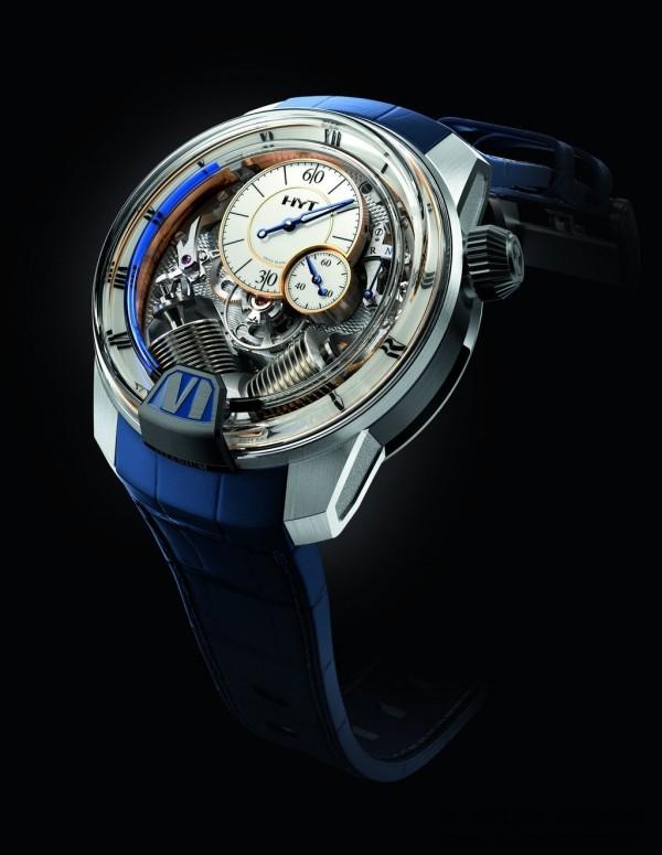 這是第一枚採用古典璣鏤裝飾工藝的HYT腕錶,刻有菱形璣鏤飾紋的主夾板、尖拱形錶冠以及青藍色指針則顯露出它所植入的傳統製錶基因。