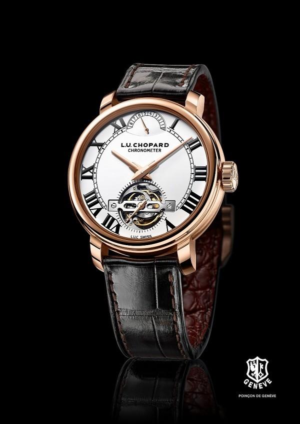 蕭邦 L.U.C 1963 Tourbillon腕錶,18K玫瑰金材質錶殼,防眩光藍寶石水晶錶鏡,透明錶底蓋,手動上鏈L.U.C 02.19-L1機芯,動力儲存216小時(9天),陀飛輪位於6點鐘位置,中央時、分顯示,6點鐘位置陀飛輪框架上設小秒針顯示,動力儲存顯示位於12點鐘位置,搭配棕色鱷魚皮錶帶, 18K玫瑰金針扣,型號161970-5001,限量發行100枚,售價NTD4,166,000。