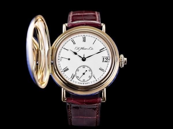 H. Moser & Cie.萬年曆經典HERITAGE限量版,參考編號8341-0400,5N紅金懷錶式錶殼,鑲嵌鑽石並塗佈琺瑯,錶徑46毫米,白色「大明火」(Grand Feu)琺瑯錶盤,手繪羅馬數字,燕尾形藍色指針,以中央箭形小指針指示月份、偏心小秒針、3點鐘位置大日曆窗, HMC 341手上鍊機芯,動力儲存最少7天,藍寶石水晶鏡面,鱷魚皮錶帶。