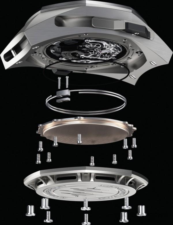 皇家橡樹概念Supersonnerie超問錶採用全新研發的錶殼,獨特的構造可預防吸音,因此能達到擴音效果。根據傳統的三問科技,音簧固定在機板上。在皇家橡樹概念Supersonnerie超問錶裡,音簧附著在機芯下方,也就是由傳播材料製作、作用猶如一塊共鳴板的全新設備上。現在,音簧將震動直接傳輸到共鳴板上,而非傳統的機板上。