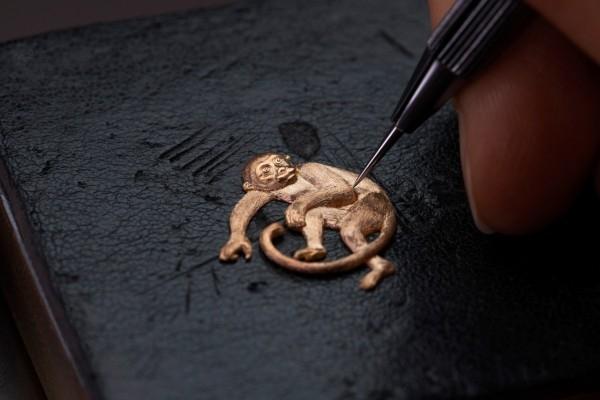 江詩丹頓Métiers d'Art藝術大師「The Legend of the Chinese Zodiac 中國十二生肖傳奇」系列之「猴年」腕錶備有以手工雕金和大明火琺瑯工藝精心製作的錶盤