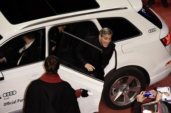 喬治‧庫隆尼搭乘奧迪Q7 e-tron 3.0 TDI quattro,一下車露出俏皮笑容。(奧迪提供)