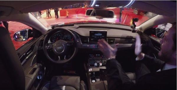 德國演技派小生、同時也是Audi品牌大使的丹尼爾‧布爾搭乘奧迪A8 L W12,自體驗奧迪自動駕駛新科技。(奧迪提供)