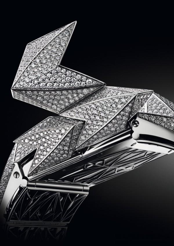 Diamond Fury 腕錶的神秘特質就隱藏於一道秘密面板背後,一旦輕觸,佩戴者即可一覽無遺底盤下方繽紛多樣的設計。