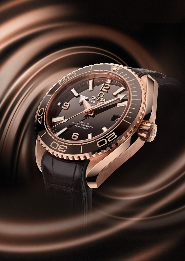金棕色的Planet Ocean 600M大師天文台腕錶是第一款獲得著名METAS瑞士聯邦計量科學研究所認證的女仕腕錶。