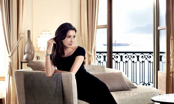 浪琴表全球代言人林志玲配戴浪琴表新多情系列鑲鑽腕錶。