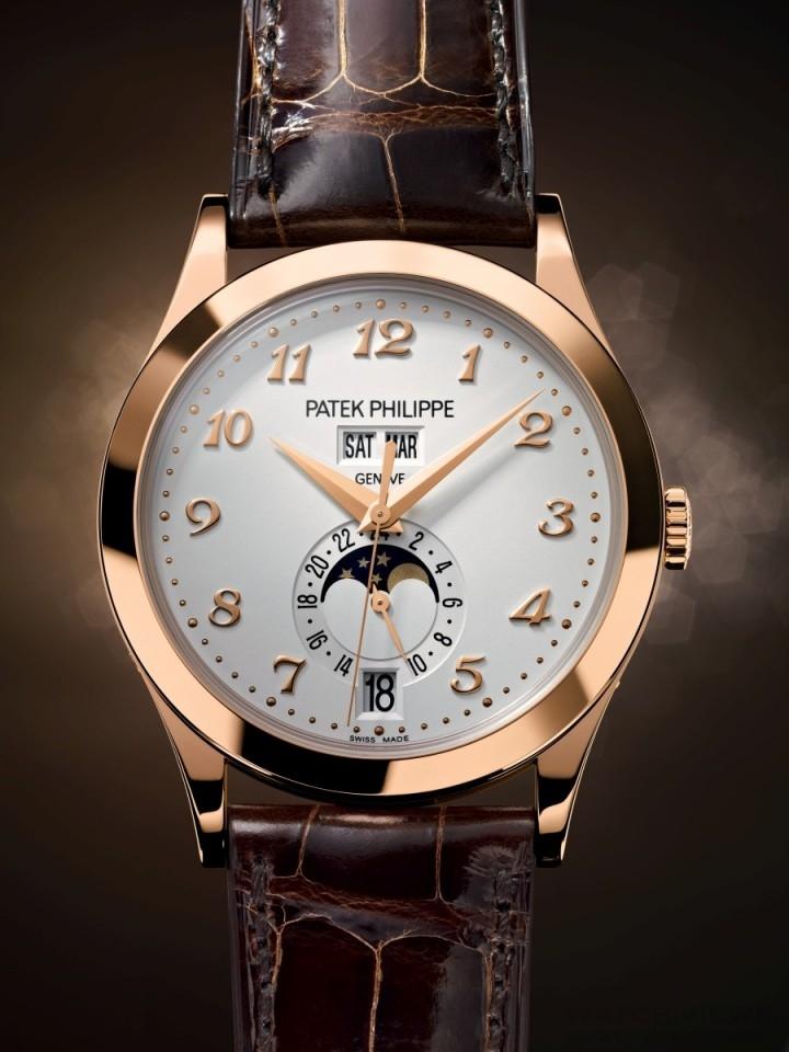 百達翡麗編號5396R年曆腕錶,18K 5N玫瑰金錶殼,錶徑38.5毫米,銀調乳白色黃銅錶面,時、分、秒、24小時制顯示、星期、月份、日期、月相,324 S QA LU 24H自動上鍊機械機芯,百達翡麗印記,動力儲備至少35小時、最多45小時,藍寶石玻璃鏡面及後底蓋,防水30米,亮麗巧克力咖啡色鱷魚皮錶帶,18K 5N玫瑰金Calatrava摺疊扣。