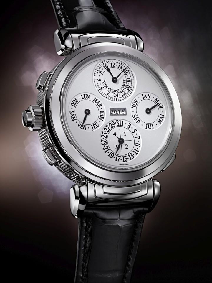 編號6300G百達翡麗大師報時腕錶的日曆錶面指示: 24小時與分鐘附屬顯示盤、四位數字年份顯示、3個日曆附屬顯示,以指針形式指示星期、月份、日期及閏年週期。