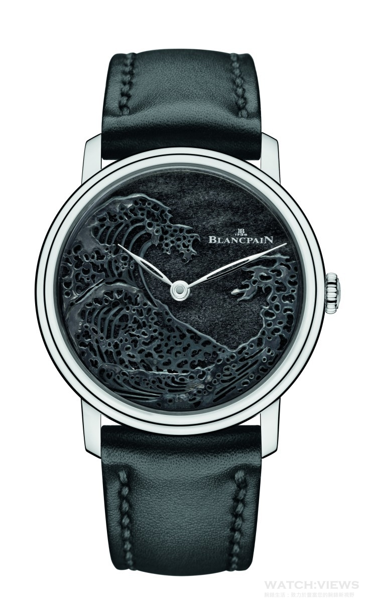 "Blancpain ""Great Wave""巨浪工藝腕錶透過金雕工藝,在錶盤上以白金雕制的波浪翻滾著銅綠色澤,靈感來自日本畫家葛飾北齋( Hokusai )所創制的木刻版畫《神奈川巨浪》( Grand Wave de Kanagawa )。「靜中見動」的視覺美感,與色調變幻的神秘錶盤互相輝映,讓海浪湧動的力量感和動感美與銀曜石所代表的純淨和諧形成了鮮明的對比。"