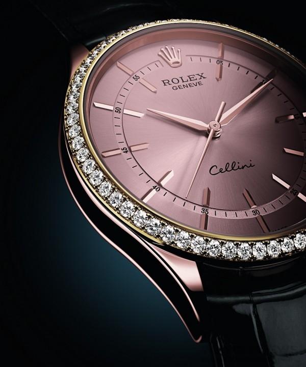 勞力士Cellini錶款的鐘點標記,被移向錶面中央的分鐘軌道所隔開,貼近指針末端,不僅向傳統製錶的永恒法則致敬,並以典雅的現代風格重新演繹腕錶精髓。