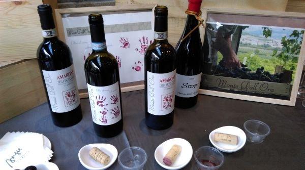 Monte Dall' Ora酒莊的酒標設計相當可愛,有一款酒的酒標設計特別以家人的手印印上,以展現全家人對此土地的熱愛。