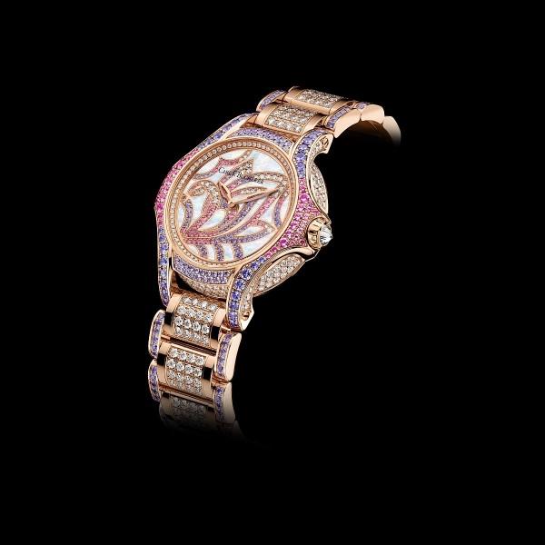 白蒂詩天鵝限量珠寶腕錶,18K玫瑰金錶殼鑲嵌 245 顆 TW vvs 美鑽及116顆一級藍寶石 (4.15 克拉),直徑 34 毫米,18K玫瑰金及珍珠貝母錶盤鑲嵌31顆TW vvs美鑽及117顆一級藍寶石 (0.6 克拉),時分顯示,雙面抗折射弧形藍寶石水晶鏡面,防水30 米,CFB 1851石英機芯,18K玫瑰金錶帶鑲嵌 240 顆TW vvs美鑽及164顆一級藍寶石 (7.75 克拉),18K玫瑰金摺疊扣,全球限量88只。