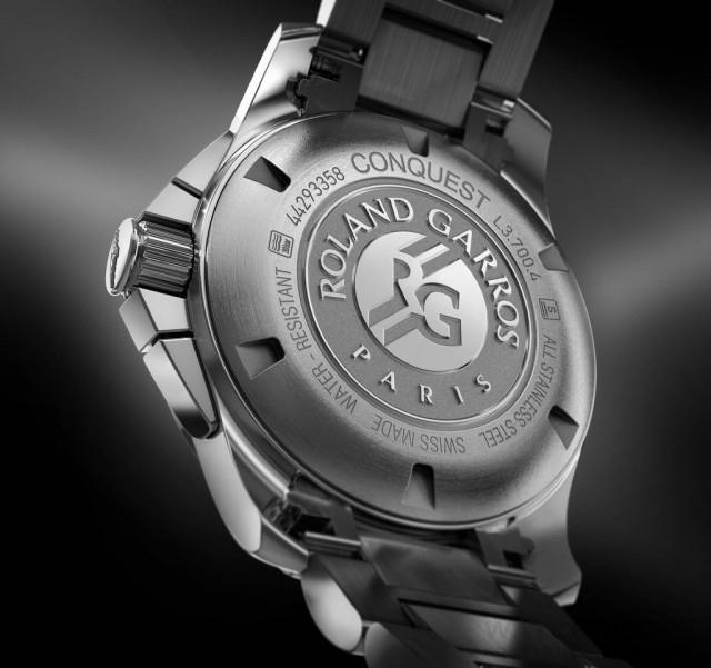 浪琴表征服者系列1/100th法網計時碼錶的底蓋也雋刻Roland Garros字樣