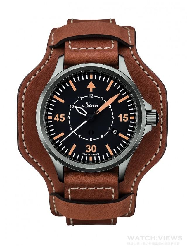 Sinn 856 B-Uhr 精確導航儀手錶/觀察員手錶,不銹鋼錶殼,經Sinn專利泰級不銹鋼硬化處理錶殼 (硬度HV1200),一般錶用不銹鋼6倍硬,40mm錶徑,抗過敏無鎳鋼底蓋,80,000安培/米的高抗磁錶殼結構,雙面防眩藍寶石水晶鏡面,Sellita SW 300-1自動上鍊機芯,200米防水,並採用Ar機芯防潮系統,全球限量856只,建議售價:皮帶NT$70,000/膠帶NT$79,000/鋼帶NT$79,000。