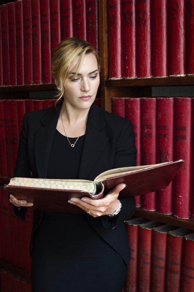 浪琴表優雅大使凱特.溫斯蕾參閱浪琴表博物館典藏資料