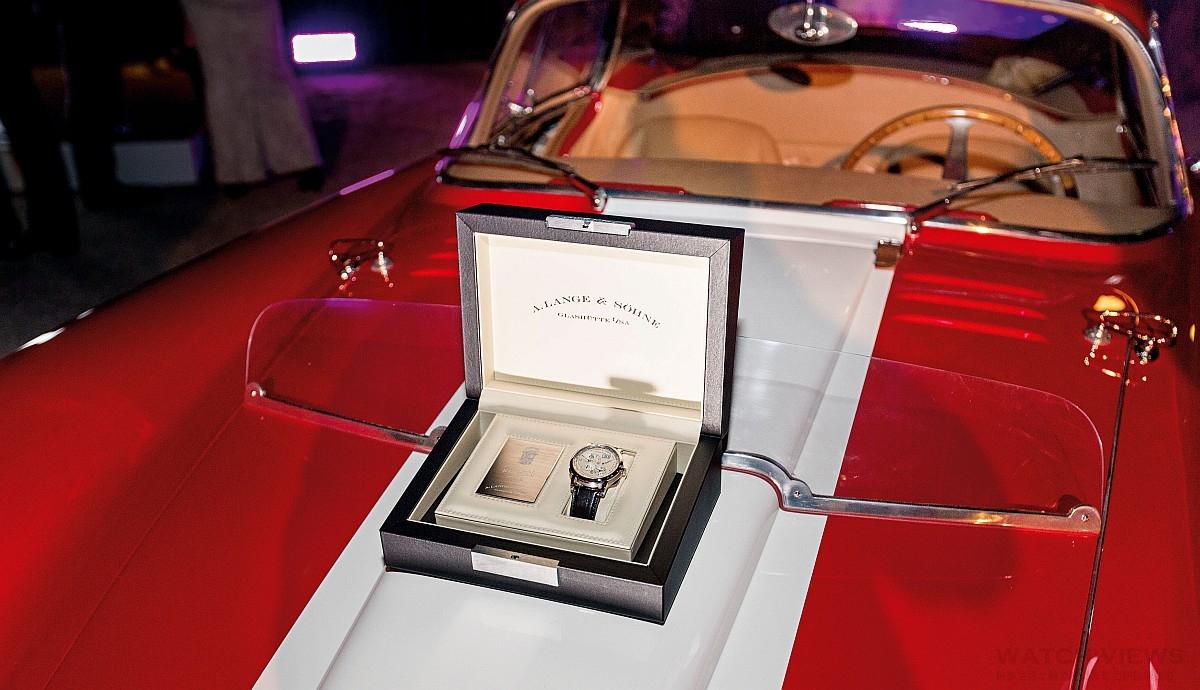 """閃亮鍍鉻裝飾、精緻琺瑯與獨特朗格腕錶並駕齊驅:2016年Concorso d'Eleganza Villa d'Este古董車展優勝者獲頒獨一無二的Lange 1 Time Zone """"Como Edition""""腕錶"""
