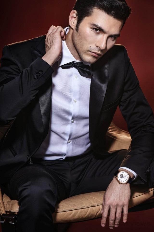 正式場合中,配戴Drive de Cartier浮動式陀飛輪腕錶,低調中顯奢華,綻放迷人光采。作為專業的時計鑑賞家,他十分注重作品內外的每一處獨特細節。