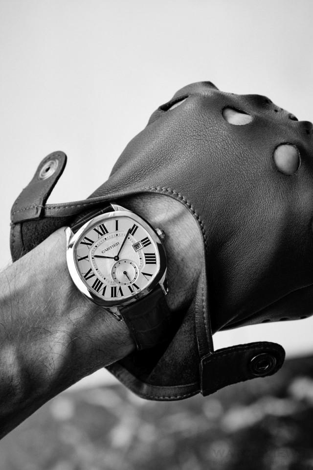 Drive 系列腕錶最鮮明的特色不僅在於 錶殼採用了經典的椅墊形設計,更在細節 部分將卡地亞的美學元素以更細膩的方式 呈現,透過圓潤典雅的線條以及細膩做 工,展現名流雅士的非凡氣質。