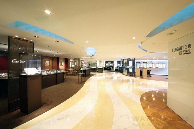 亨得利三寶名錶追求完美的細節,以高貴的風格、非凡的品味打造出與一般錶店不同的格局與視野。外觀上以清爽的照明、流線的設計,穿透性的櫥窗能與顧客做更直接的互動。
