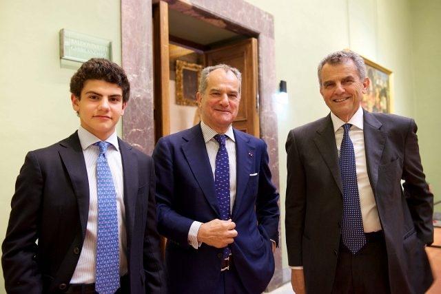 (由左至右)Ferragamo家族成員Francesco Ferragamo, Leonardo Ferragamo與Ferragamo首席執行官Ferruccio Ferragamo於烏菲茲美術館內合影