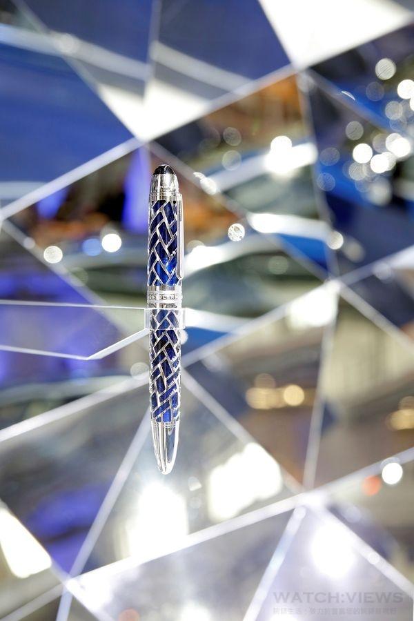 萬寶龍BMW特別款百年紀念鋼筆,鏤空金屬筆蓋和筆身的精緻網格設計,鏤空鍍銠網格巧妙透出底層湛藍色的透明高級樹脂,與BMW限量車款的獨特色彩相互呼應。