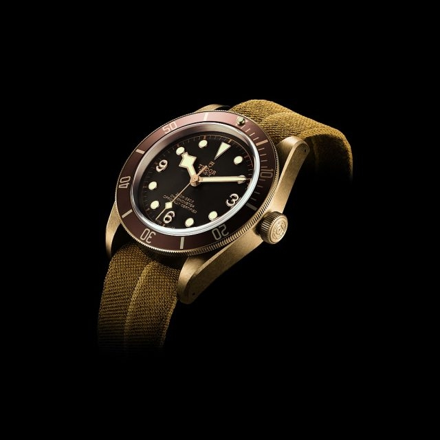 Tudor Heritage Black Bay Bronze高性能鋁古銅合金錶殼,錶徑43毫米,時、分、秒,帝舵自製MT5601自動上鍊機芯,動力儲能70小時,COSC天文台錶認證,藍寶石水晶鏡面,防水200米,仿古皮錶帶配備古銅帶扣,錶盒另附織紋錶帶配古銅帶扣。