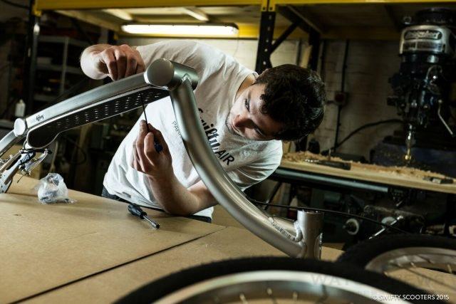 Swifty Scooters運用多種獨家工法與特製工具,開創期從選材、成形、上色、拋光、組裝、測試乃至鑲嵌品牌經典標誌,每一道工序皆由頂級專業技師全程於英國親手打造。