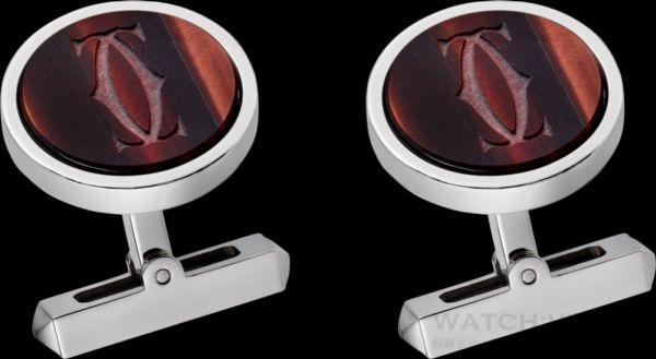 """卡地亞雕刻紅色虎眼石""""雙C""""Logo袖扣,純銀袖扣,雕刻紅色虎眼石""""雙C""""標誌裝飾,鍍鈀飾面和虎眼石。參考價格約NT$ 26,700"""
