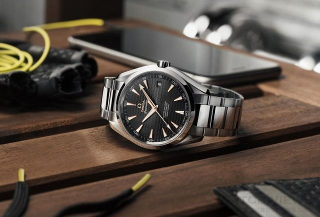 OMEGA推出全新SEAMASTER海馬AQUA TERRA特別版腕錶 (黑色) 型號: 231.10.42.21.01.006  價格: $187,300 此系列腕錶41.5毫米錶殼是採用拋光及磨砂不鏽鋼材質,搭配不鏽鋼錶鏈,錶的背面為抗磨損藍寶石水晶,可一覽無遺歐米茄8500大師同軸擒縱機芯的風采,此機芯能夠抵抗15,000高斯以上的磁力。黑色錶盤上,並設有18K金時標及指針,象徵著體育成就的頂峰。 海馬Aqua Terra腕錶的防水深度高達15巴(150米/500呎),且提供4年保固。三款全新腕錶均將於今年八月在OMEGA名品店販售。