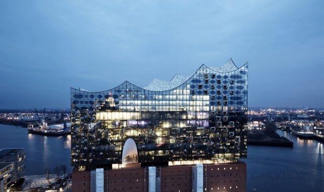 易北愛樂廳(Elbphilharmonie)尖端的建築風格映襯出萬寶龍在設計與技術創新層面的先鋒精神,底層為昔日港口倉庫的外觀,上層則為具大膽弧形設計的耀眼玻璃結構。