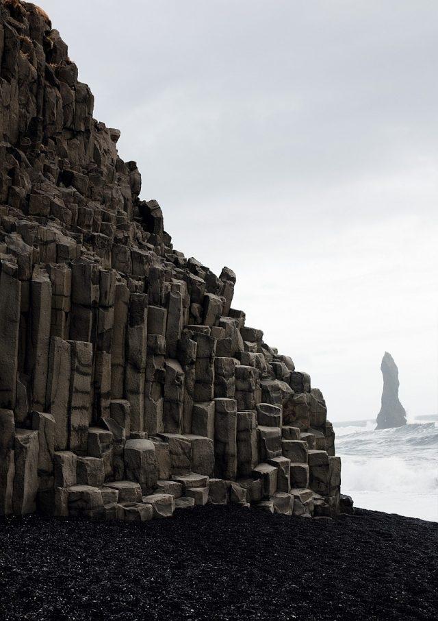 """維克鎮——黑灘 迷人黑色:維克鎮(Vík í Mýrdal)的海灘由黑色熔岩組成。巨大的玄武岩火山座落於浪花不斷的冰島海岸線。這裡是展示三款朗格""""Lumen""""腕錶的完美環境:黑色錶盤成為18K黃金鍍銠指針和嵌塊刻度,以及綠色夜光顯示的理想背景。如此強烈對比令腕錶清晰易讀。"""