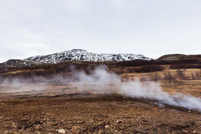 豪卡道魯——間歇噴泉之谷 蒸汽力量:史托克噴泉(Strokkur)是整個豪卡道魯(Haukadalur)地熱區中至為矚目的間歇泉,每隔約15分鐘便會噴發。熾熱的泉水和蒸汽可湧至35米高空。噴泉附近可找到各種各樣的礦物、金屬、植物。陽光折射出硫磺、鐵、苔蘚的深濃色調。