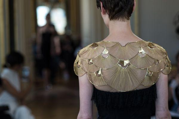 黃金披肩總重量低於1公斤,能隨配戴者的一舉一動,展現如布料般的舒適與華美。