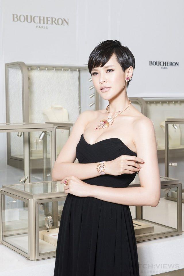 凱渥名模 鄒寧恩配戴Fleur de Lotus胸針項鍊(NTD 10,550,000)、 Fleur de Lotus耳環、(3,630,000)、Fleur de Lotus戒指(NTD 3,330,000)及AJOUREE Hopi蜂鳥腕錶(NTD 2,270,000)。