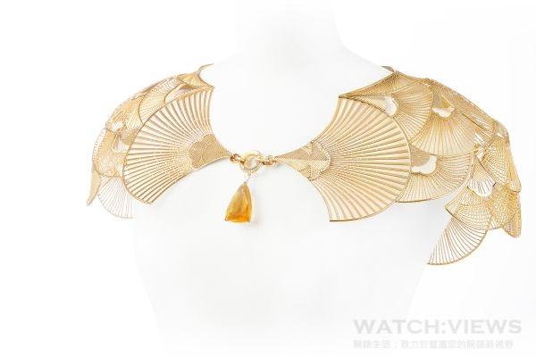 Plissé Diamants鑽石摺紋項鍊,項鍊中間鑲嵌一顆約7.81克拉的枕型切割鑽石。