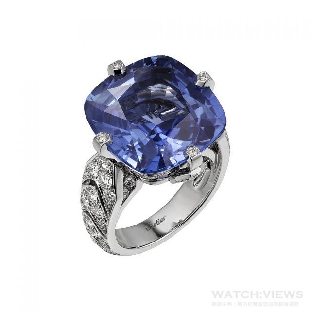 INCANTATION戒指鉑金,一顆重22.84克拉的枕形錫蘭藍寶石,圓形明亮式切割鑽石。藍寶石可佩戴於項鍊上。