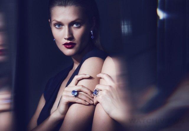 模特兒配戴卡地亞Magicien系列INCANTATION藍寶石戒指及耳環。