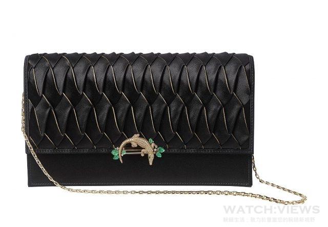 卡地亞鱷魚絲綢手提包黃K金,祖母綠,黑色真漆,圓形明亮式切割鑽石絲緞包身,褶飾由Lognon褶飾工坊製作,以金粉裝飾。鱷魚珠寶可當胸針佩戴,鍊帶部分可當項鍊佩戴。