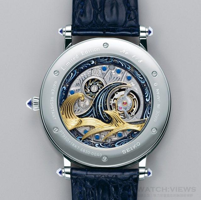 CREDOR「富嶽」陀飛輪腕錶搭載厚度不到4mm的陀飛輪機芯「Cal.6830」,錶背亦透過立體雕金技法一展「神奈川沖浪裏」狂瀾波浪。