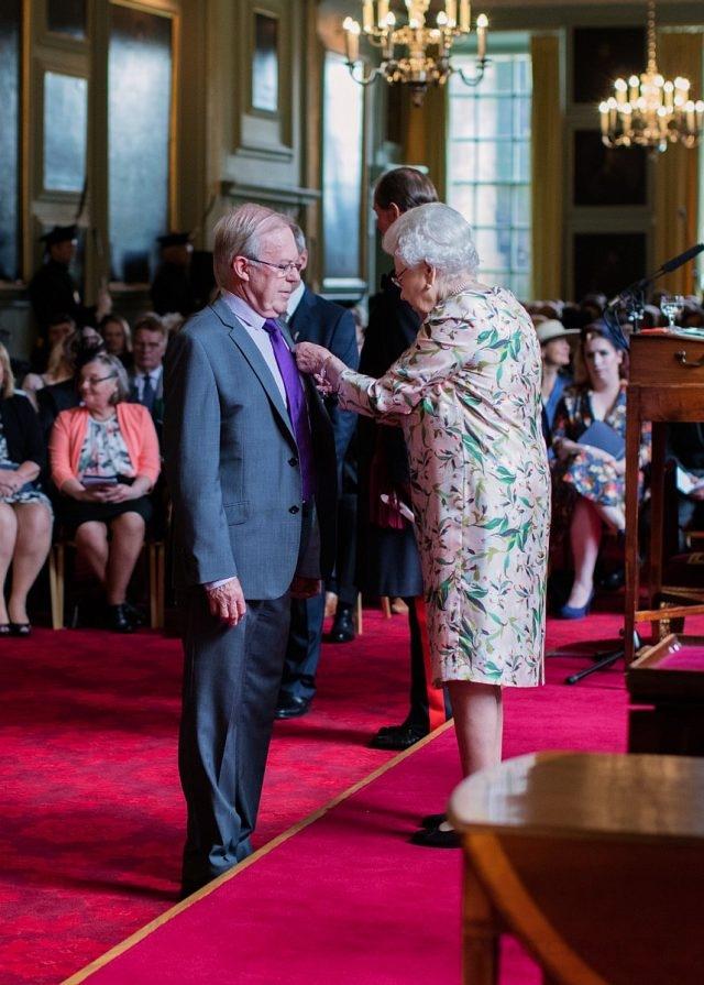 百富首席調酒大師David Stewart大衛史都華於今年2016年榮獲英國伊莉莎白女皇欽賜大英帝國員佐勳章。