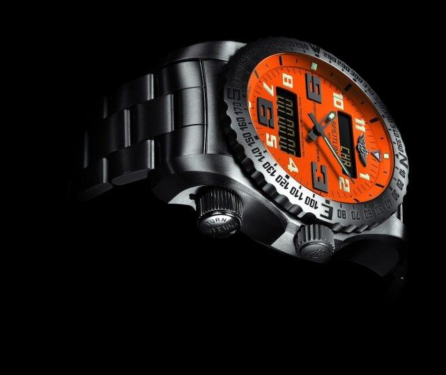 百年靈緊急求救腕錶二代的錶殼構造十分複雜,採用航空領域首選的鈦金屬製造,輕盈堅固,具有防磁、耐腐蝕和防過敏特性。