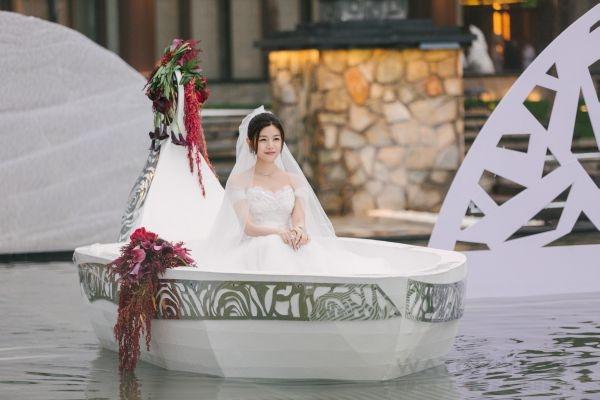 陳妍希以一襲白紗乘舟出嫁,仙氣十足。
