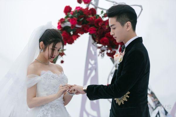 陳妍希為夫婿陳曉戴上結婚戒指。