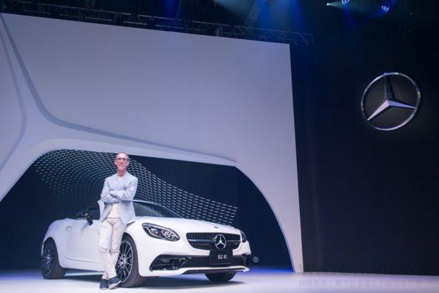 台灣賓士轎車業務行銷副總裁司達恆與性能巨星Mercedes-AMG SLC 43壓軸華麗登場。